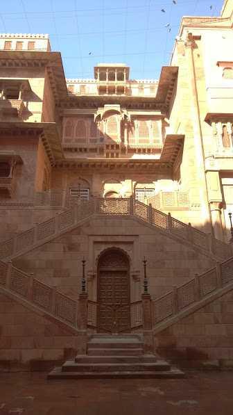 Gate in Bikaner, rAJASTHAN: door at Junagarh fort