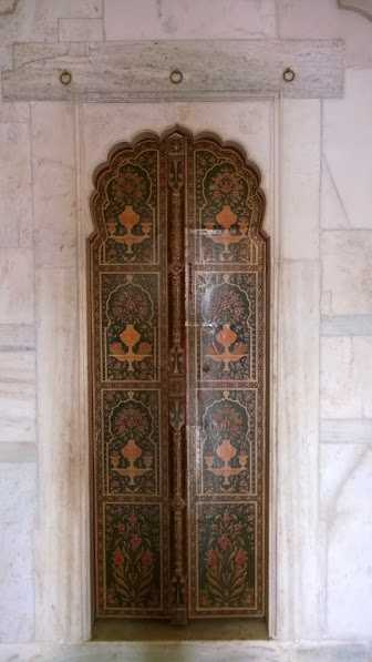 Rajasthani Gate in Bikaner: ancient art on doors
