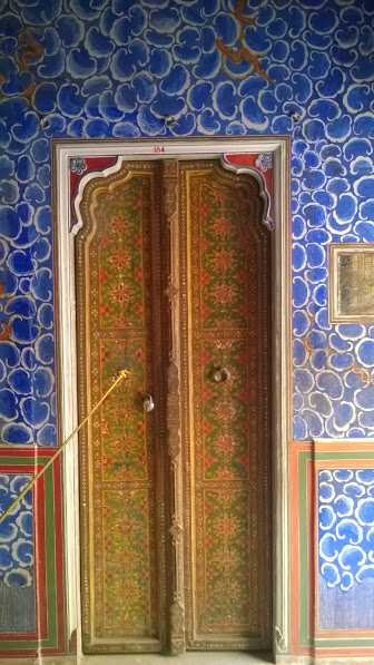 beautiful gate in rajasthan: Traditional art on doors India