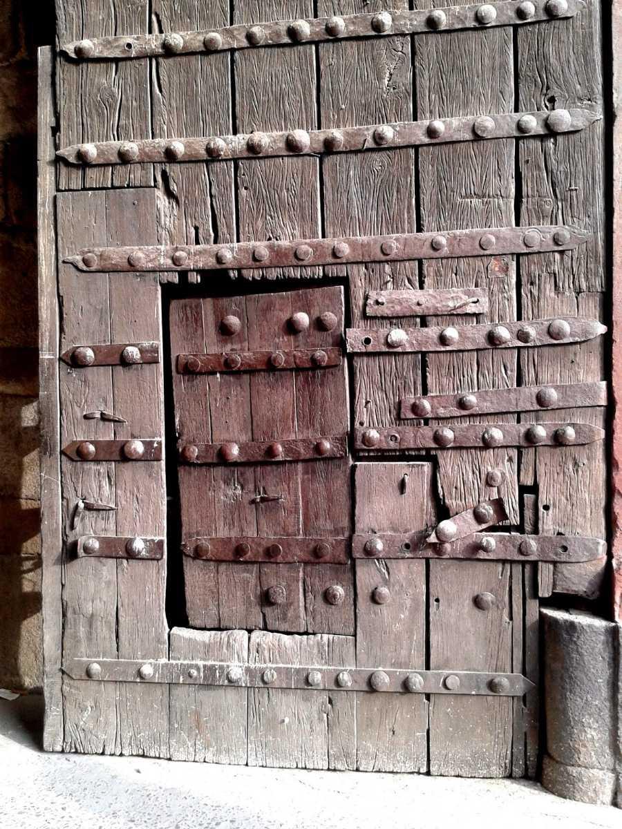 Doors near Purana Quila, Delhi: Old doors in Delhi