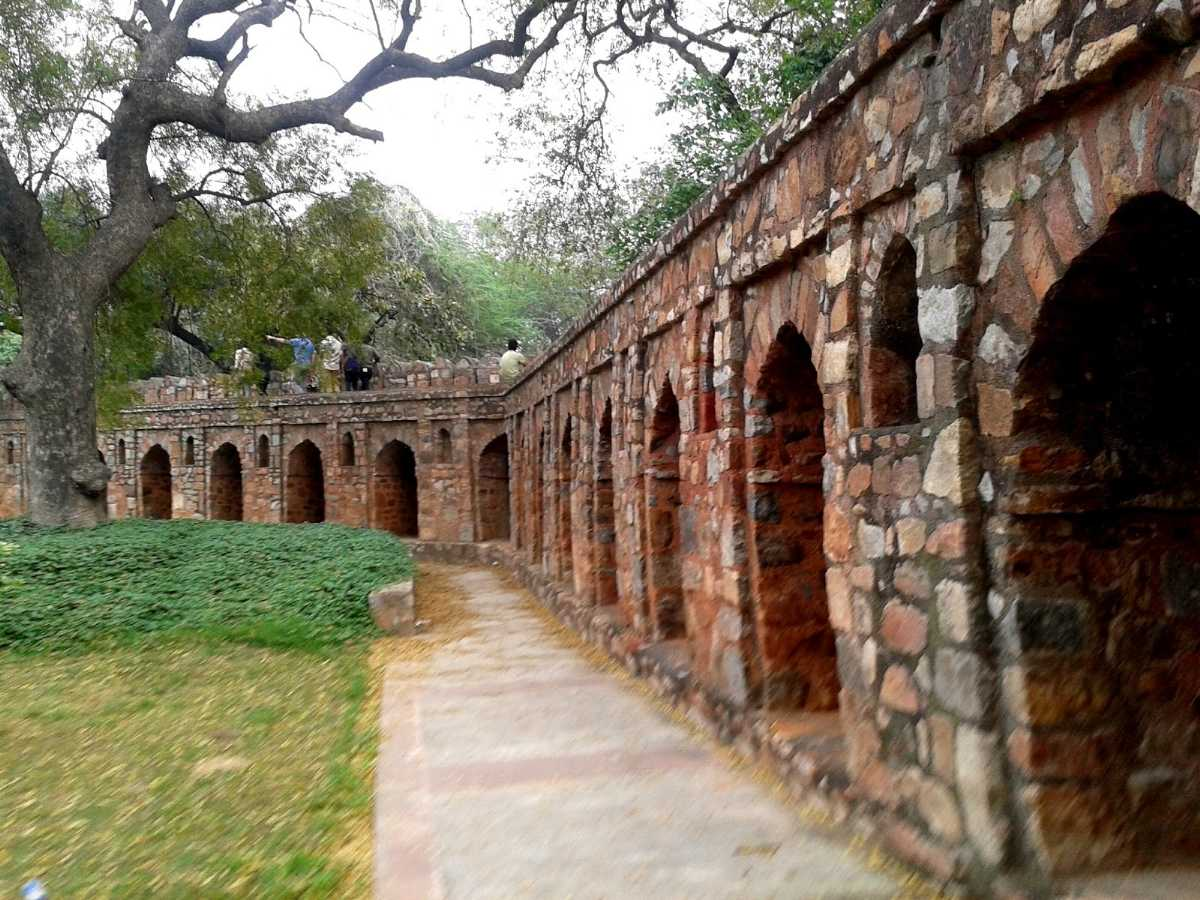 A walk around Isa Khan's Tomb: pictures of Isa Khan's Tomb