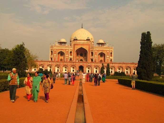 Tourists  near Humayun's tomb, Delhi: Tourist place in delhi