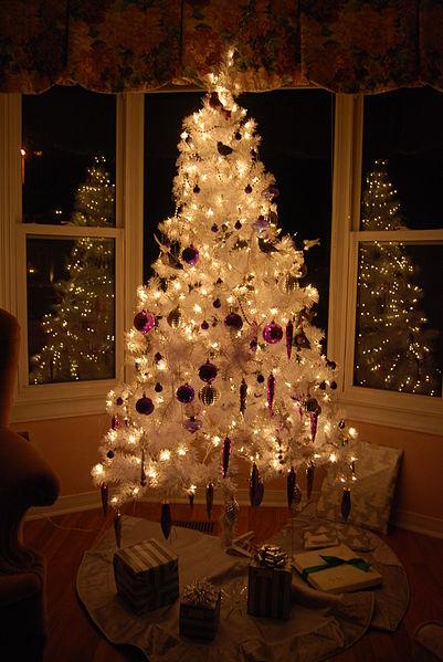 401px-White_christmas_tree