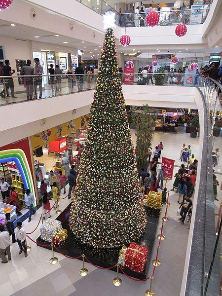 450px-Large-christmas-tree-at-phoenix-mall-chennai