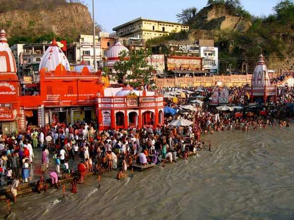 Devotees taking holy bath at Har-ki-Pauri, Haridwar (Source)