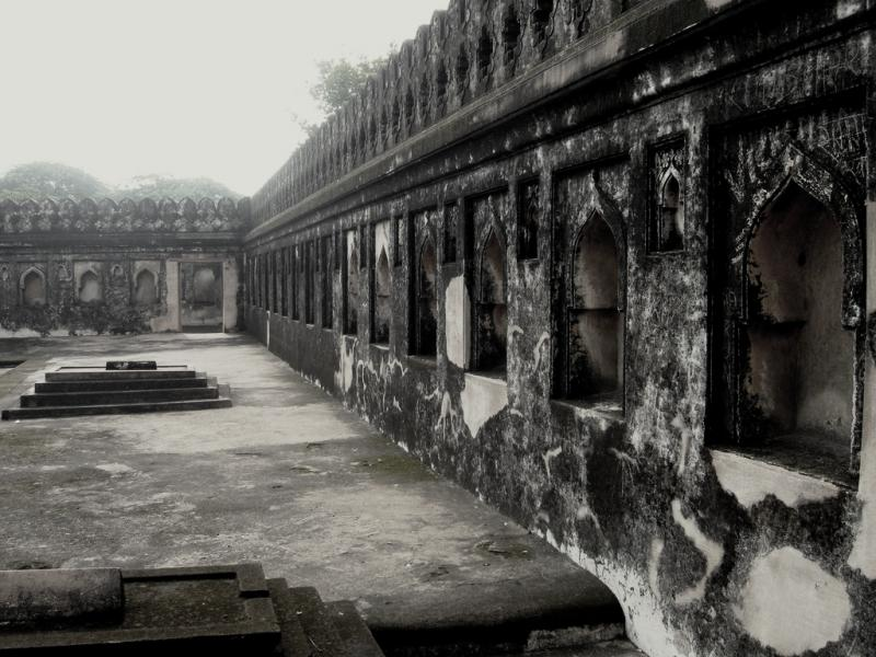 Paranormal activity at the tomb of Jamali Kamali (Source)