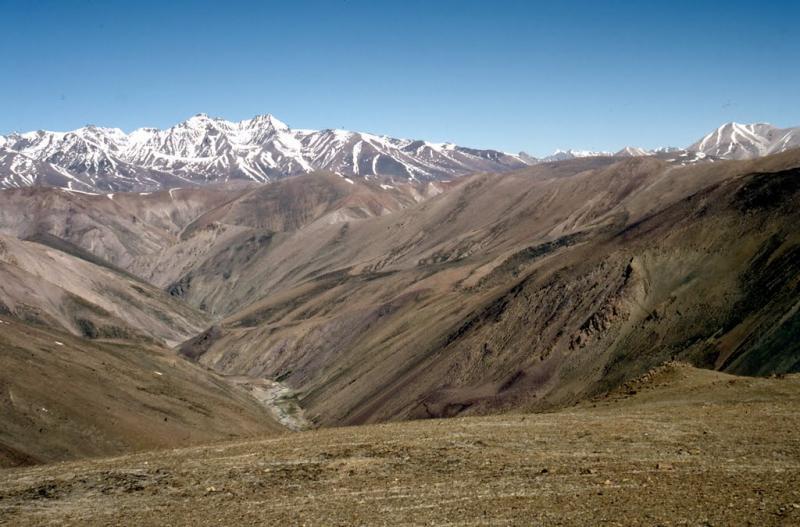 North to the peaks of Himachal Pradesh from S of Tsangchok la. Photo by Romesh Bhattacharji