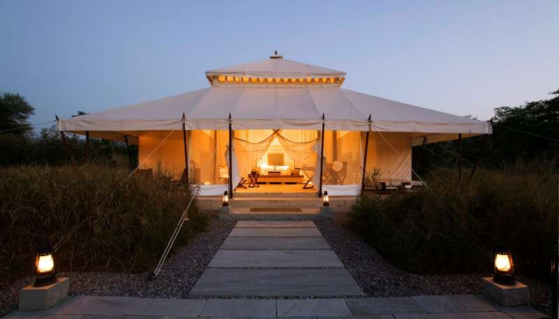 i-khas-tent-exterior-at-dusk-21400-x-800