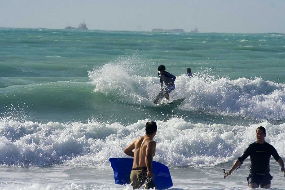 Surfing in Dubai