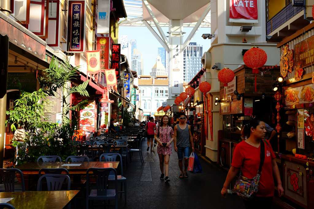 Budget shopping in Singapore at Chinatown Street market