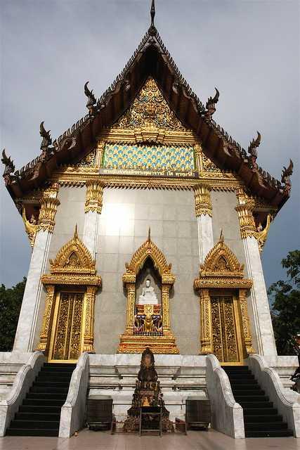 A temple at Wat Intharawihan