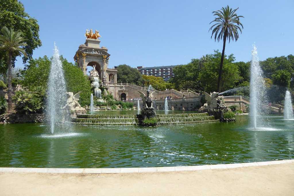 fountain, parc de la ciutadella, stone statues