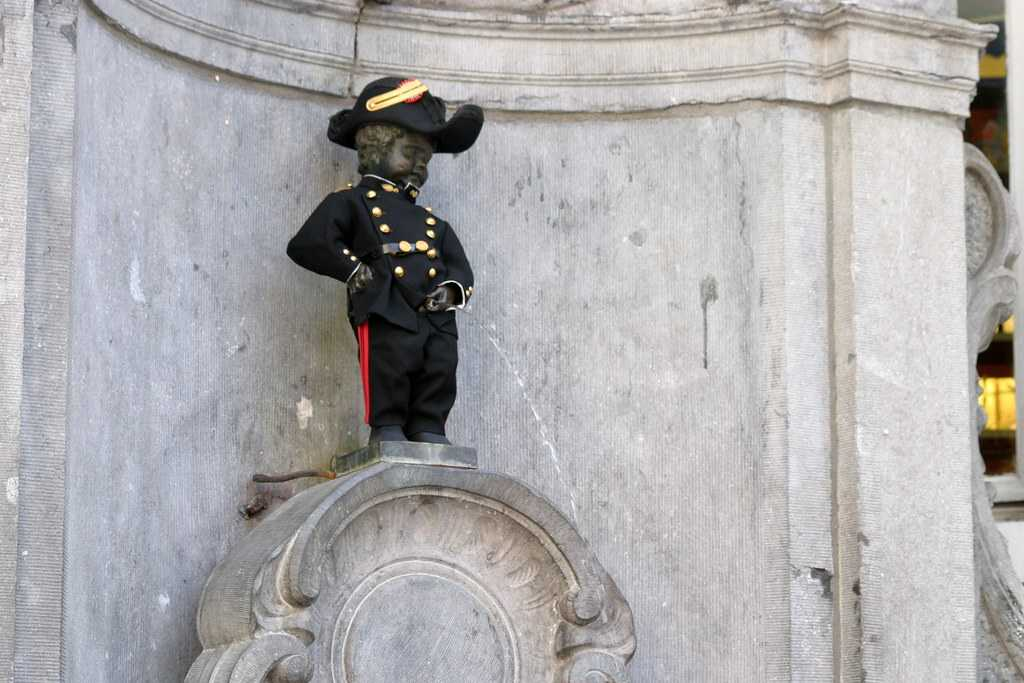 A Costumed Mannenken Pis, Traditions Around Manneken Pis