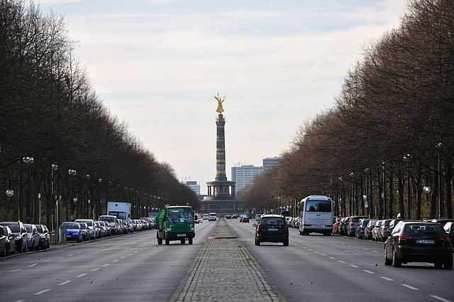 Visitors travelling in different vehicles to visit the Victory Column