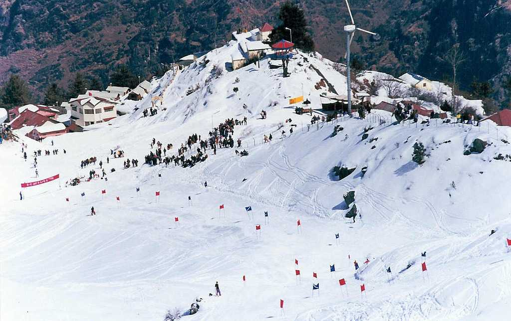 Skiing on the long slopes of Auli