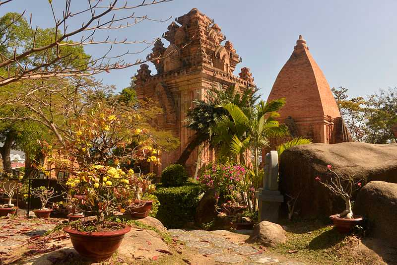 An old Hindu temple in Vietnam, Religion in Vietnam