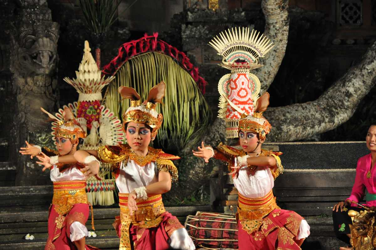 dances on indonesia