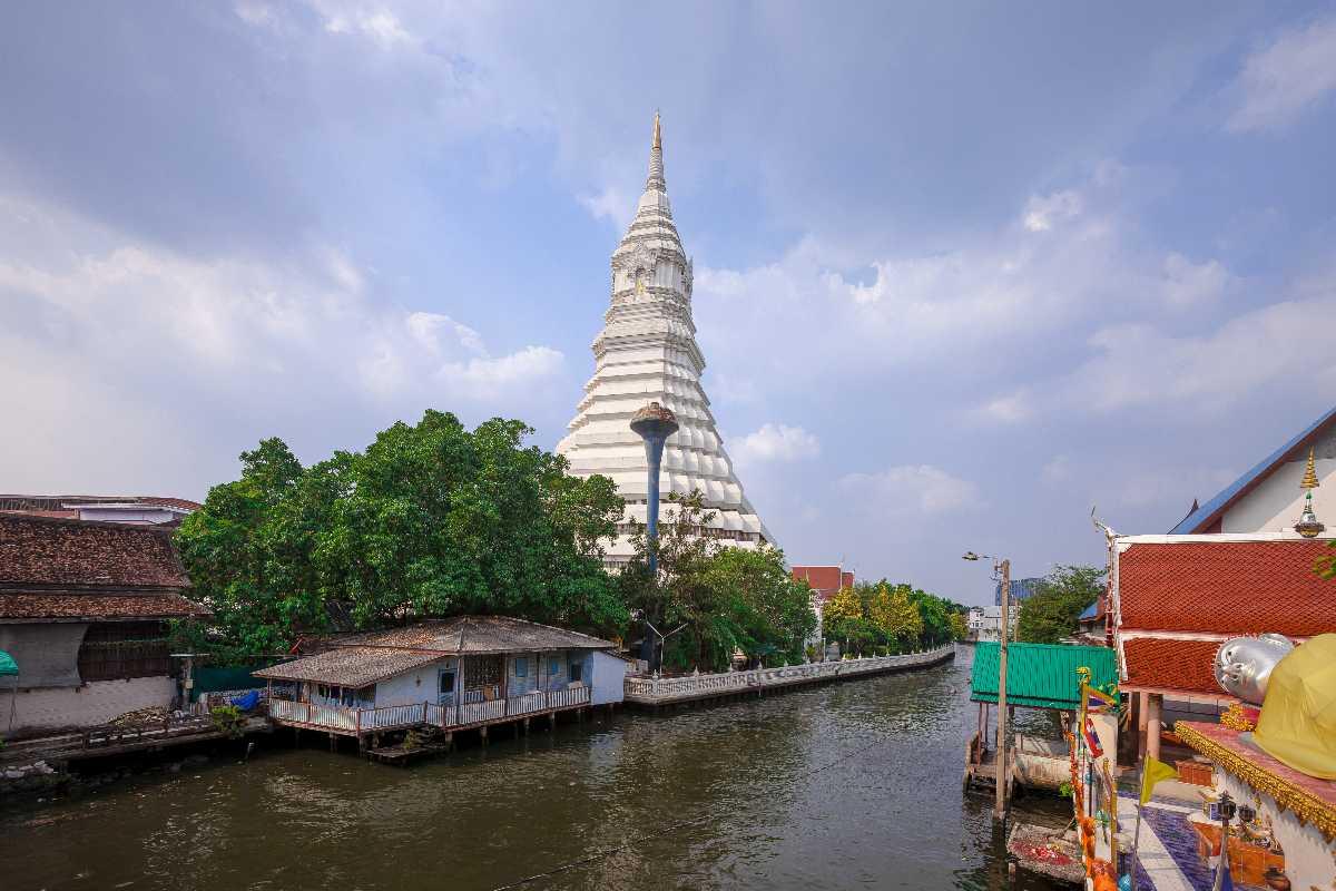 Wat Paknam Bhasicharoen Bangkok Thailand