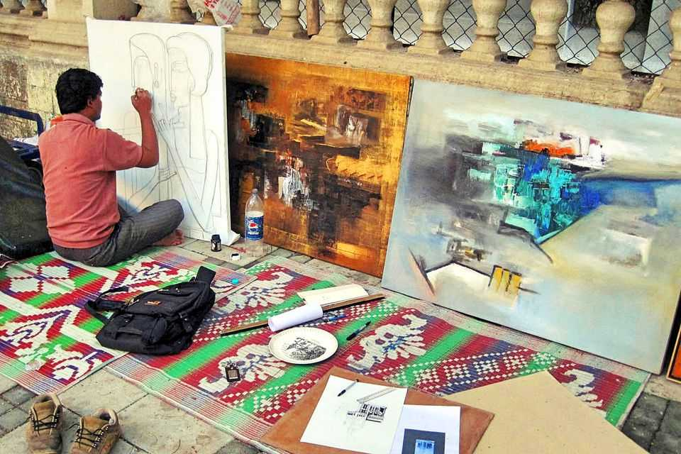 An artist at Kala Ghoda Pavement Gallery, Shopping at Mumbai