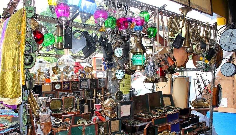Vintage items at Chor Bazaar Mumbai, Shopping at Mumbai
