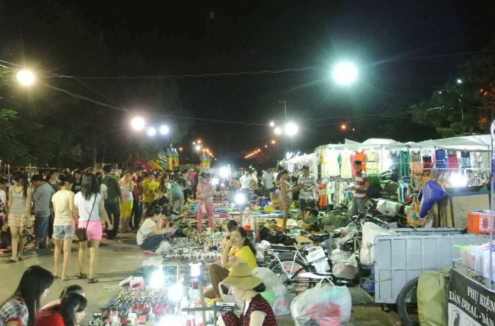 night market in vietnam