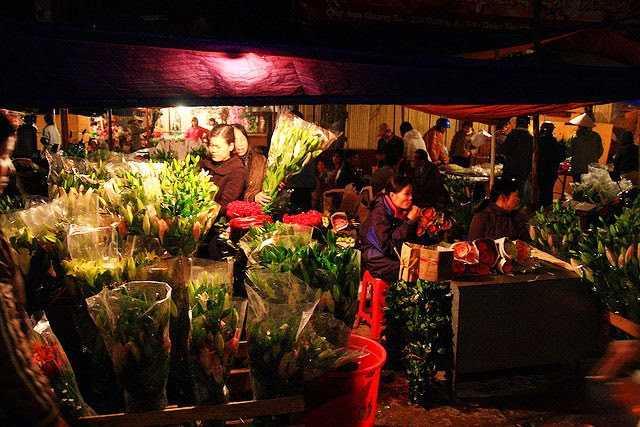 flower night market in Hanoi
