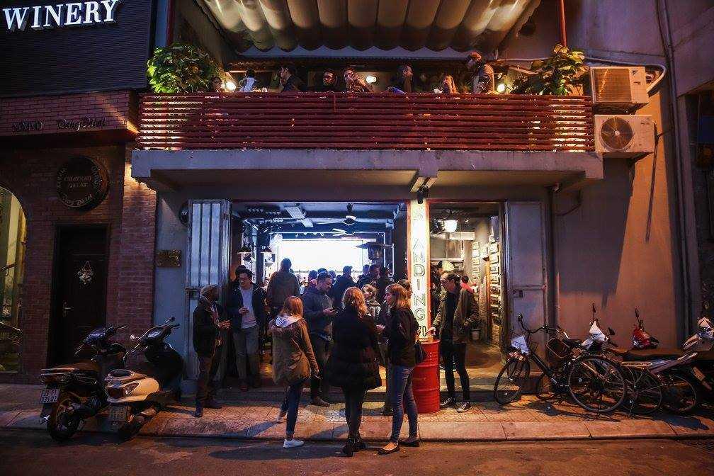 Nightlife in Hanoi, Standing Bar