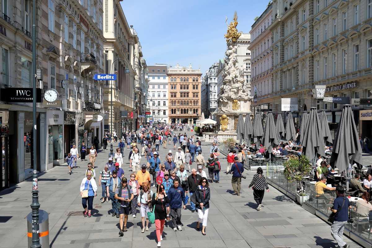 graben, shopping street, crowds, stephansplatz vienna