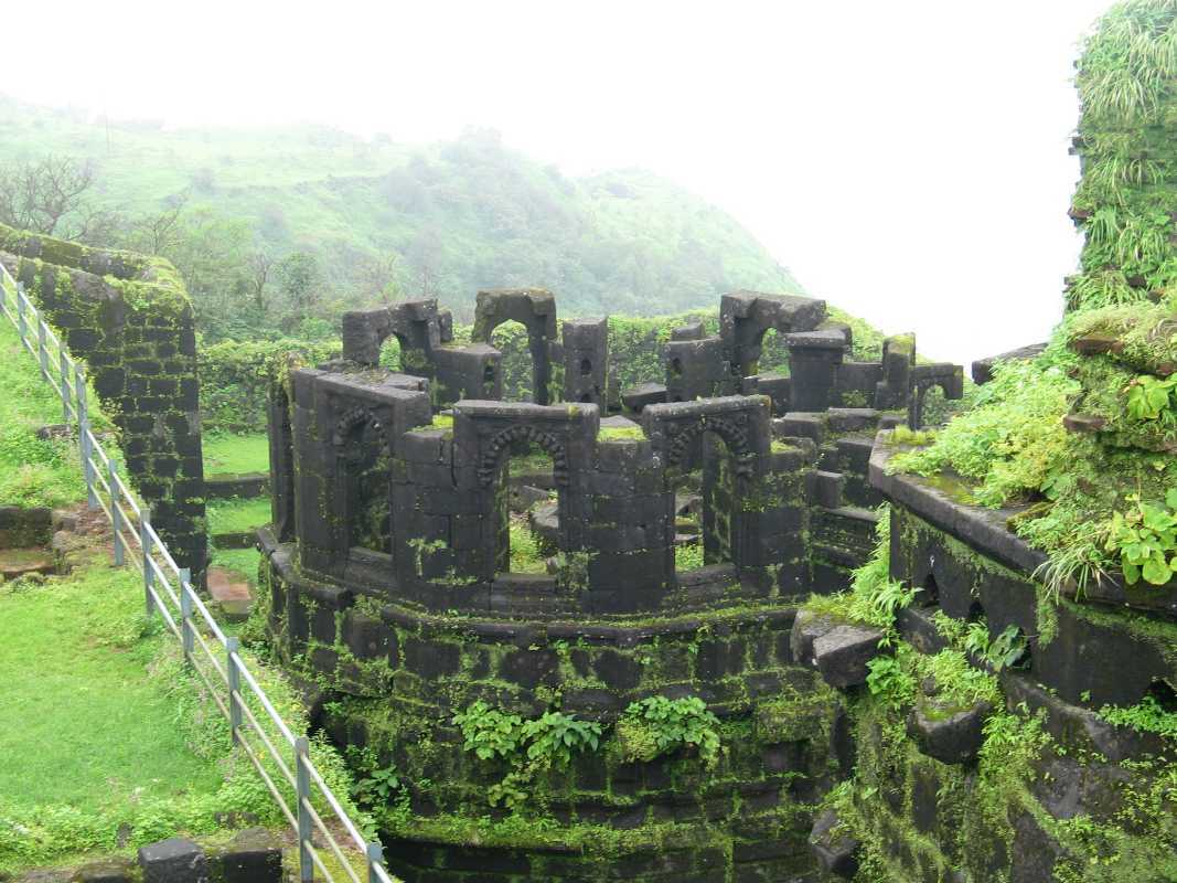 how to go to raigad fort from pune