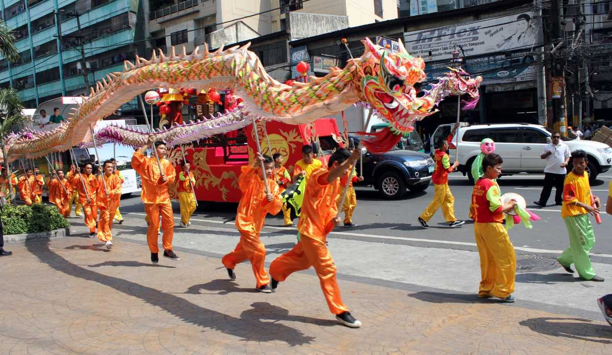 Dragon dancers : Chinese new year in Thailand