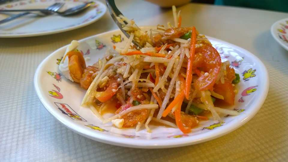 Spicy Papaya Salad - a spicy sour dish flavoured with lemon grass