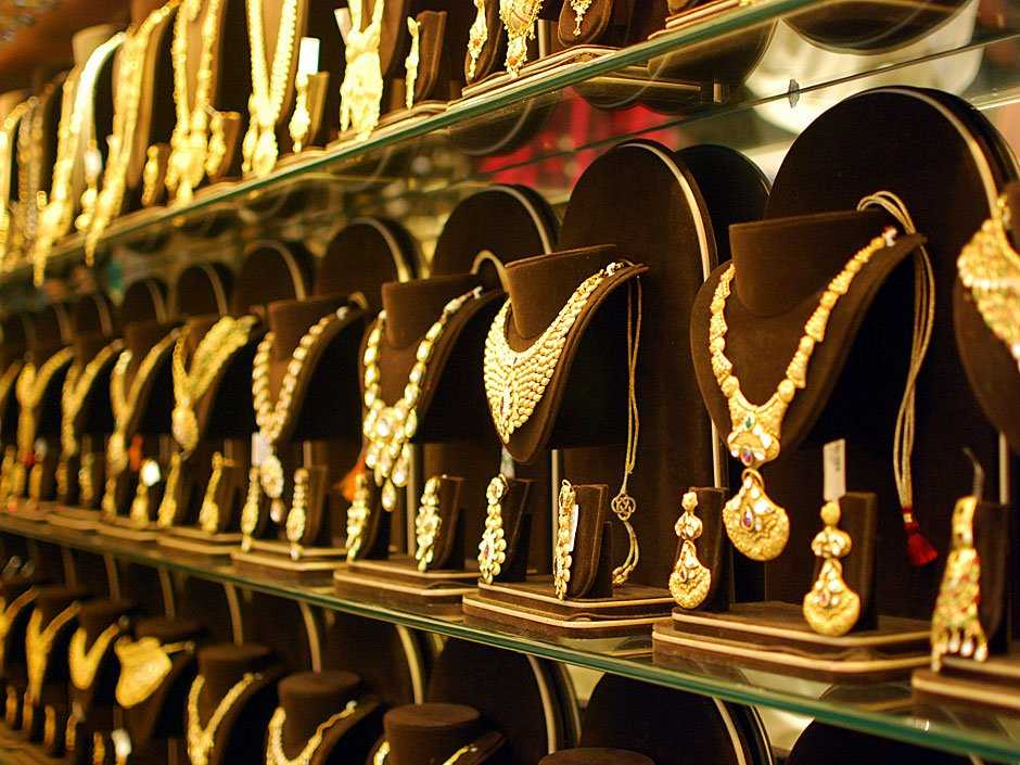 Jeweller at Zaveri Bazaar, Shopping in Mumbai