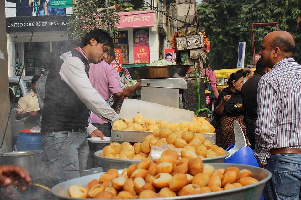 Street food, shopping in Daryaganj book market