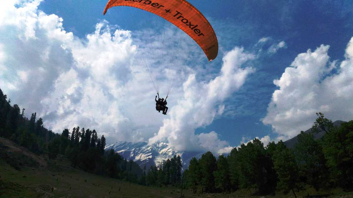 18 Best Spots For Paragliding in India - Holidify
