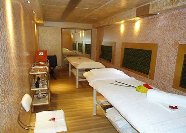 Palace on Wheels lounge and spa